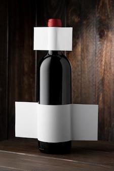Vorderansicht der klaren weinflasche mit leerem etikett