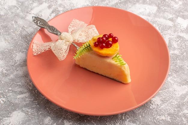 Vorderansicht der köstlichen kuchenscheibe mit aprikose innerhalb der pfirsichplatte auf der hellen oberfläche
