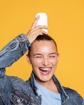 Vorderansicht der lächelnden frau mit getränkedose