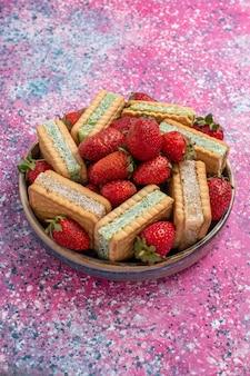 Vorderansicht der leckeren waffelkekse mit frischen roten erdbeeren
