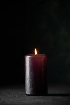 Vorderansicht der lila kerze auf dunkelheit