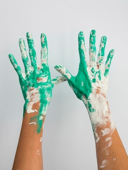 Vorderansicht der mit farbe gemalten hände