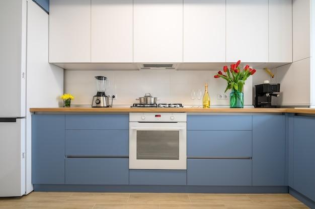 Vorderansicht der modernen blueteal-kücheninnenmöbel