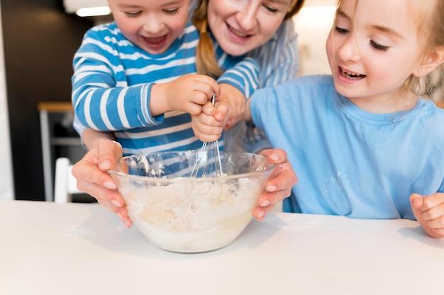 Vorderansicht der niedlichen familie, die zu hause kocht