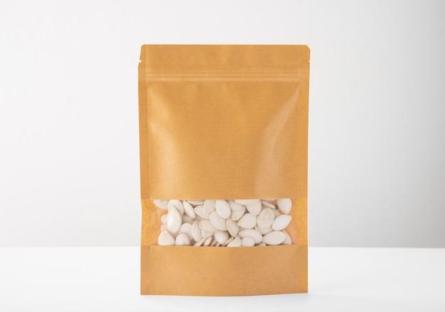 Vorderansicht der papierverpackung mit kürbiskernen