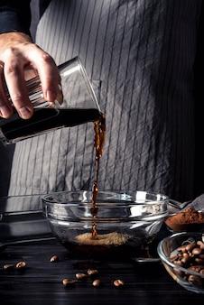 Vorderansicht der person, die kaffee in bown gießt