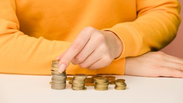 Vorderansicht der person mit münzen