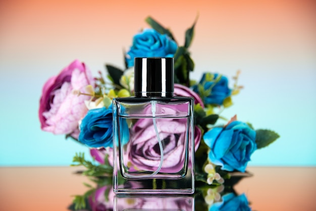 Vorderansicht der rechteckigen parfümflasche farbige blumen auf beige ombre