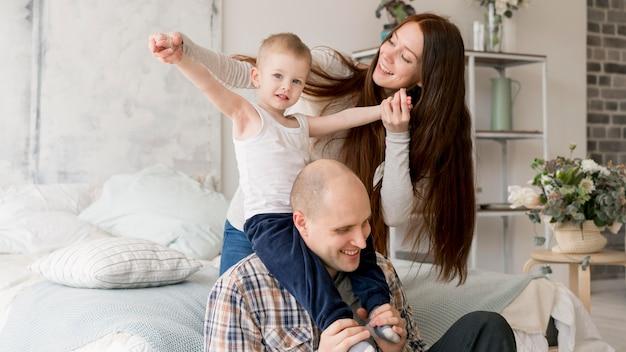 Vorderansicht der reizenden eltern mit ihrem kind