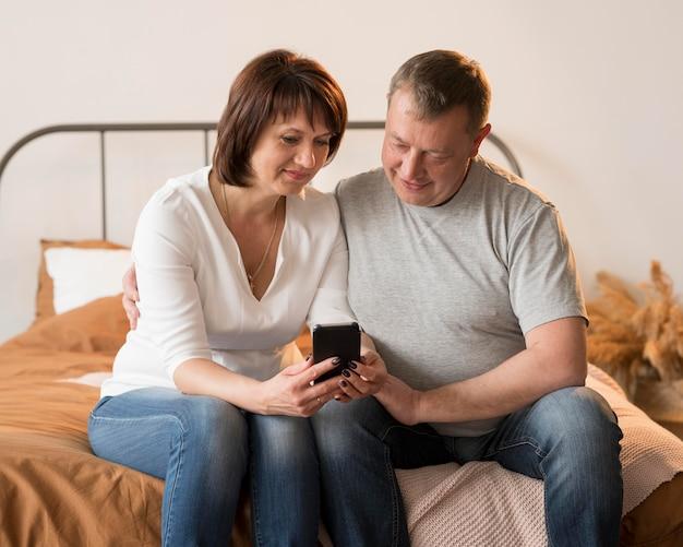 Vorderansicht der reizenden großeltern auf videoanruf