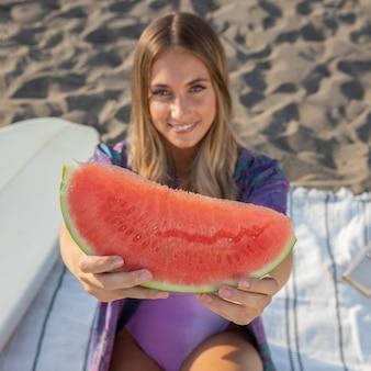 Vorderansicht der schönen frau, die wassermelone isst