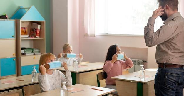 Vorderansicht der schule während des covid-konzepts