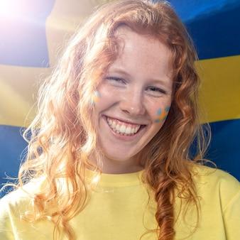 Vorderansicht der smiley-frau mit schwedischer flagge