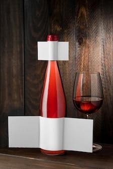 Vorderansicht der transparenten weinflasche und des glases mit leerem etikett
