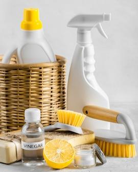 Vorderansicht der umweltfreundlichen reinigungsbürsten im korb mit zitrone und essig