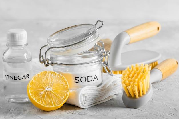 Vorderansicht der umweltfreundlichen reinigungsbürsten mit zitrone und backpulver