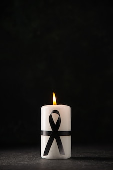 Vorderansicht der weißen kerze im dunkeln
