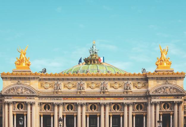Vorderansicht des alten garnier-opernhauses in paris