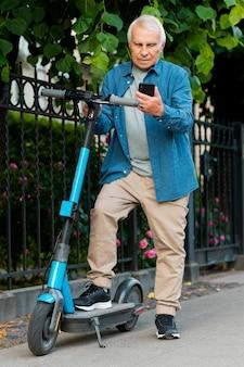 Vorderansicht des alten mannes auf roller