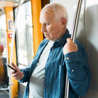 Vorderansicht des alten mannes im öffentlichen verkehr