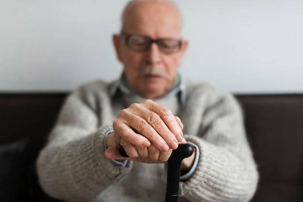 Vorderansicht des alten mannes in einem pflegeheim