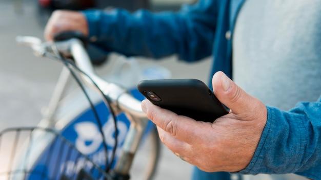 Vorderansicht des alten mannes mit fahrrad