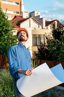 Vorderansicht des architekten mit lichtpausen