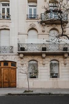 Vorderansicht des architektonischen gebäudes in der stadt