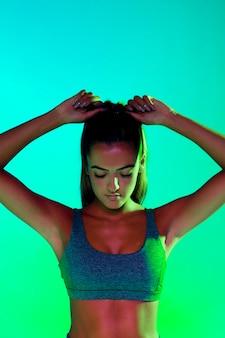 Vorderansicht des athleten ihr haar binden