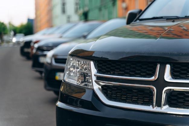 Vorderansicht des autos, kofferraum. moderne autos parken