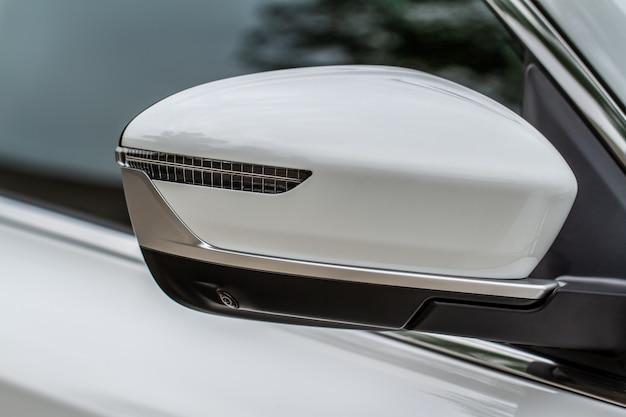 Vorderansicht des autoseitenspiegels hautnah. vorderer rückspiegel am autofenster. außendetails des autos.