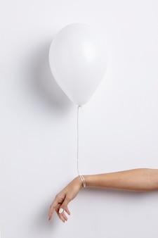 Vorderansicht des ballons an hand befestigt mit schnur