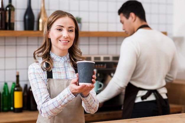 Vorderansicht des barista mit kaffee