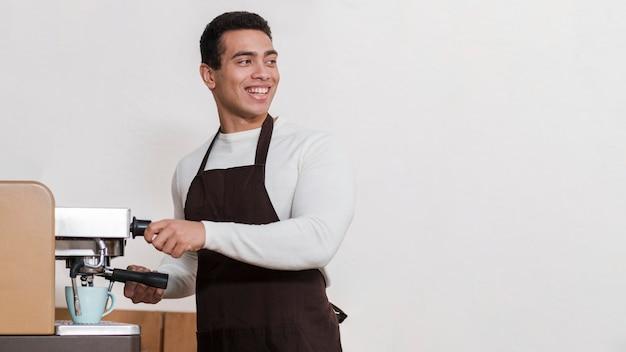 Vorderansicht des barista mit kopierraum