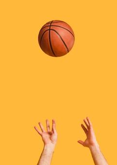 Vorderansicht des basketballs geworfen vom männlichen spieler