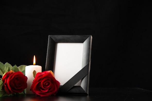 Vorderansicht des bilderrahmens mit roten blumen auf dem schwarzen