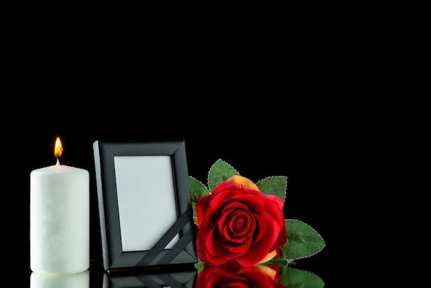 Vorderansicht des bilderrahmens mit roter rose auf schwarz