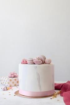 Vorderansicht des birthady-kuchens mit kopienraum