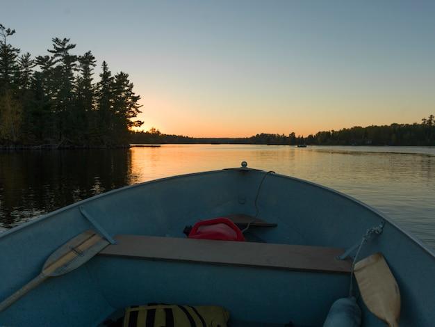 Vorderansicht des bugs eines kanus im see des holzes, ontario, kanada