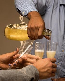 Vorderansicht des champagners im glas auf neujahr