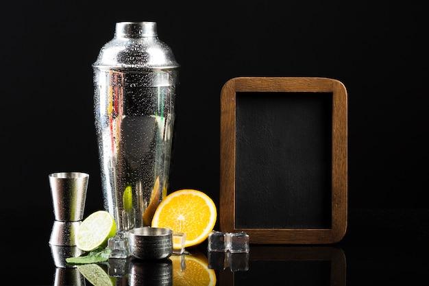 Vorderansicht des cocktail-shakers mit tafel