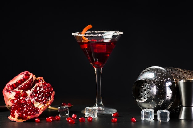 Vorderansicht des cocktailglases mit granatapfel