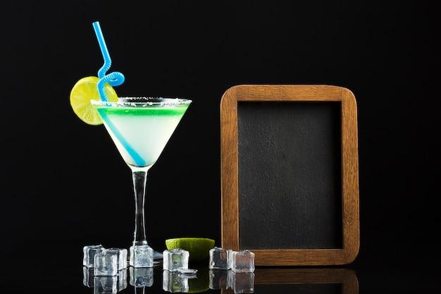 Vorderansicht des cocktails mit tafel und eiswürfeln