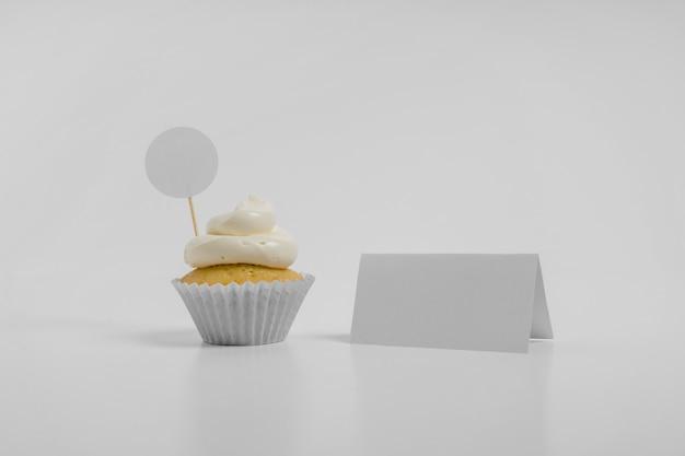 Vorderansicht des cupcakes mit leerer karte