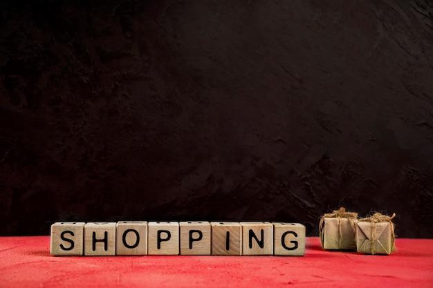 Vorderansicht des einkaufsworts auf roter tabelle