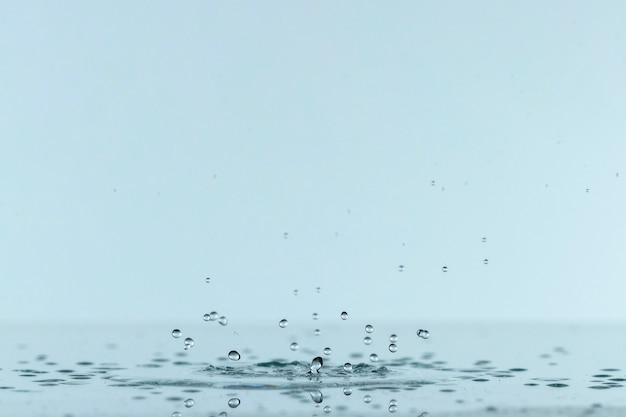 Vorderansicht des flüssigkeitsspritzens vom tropfen