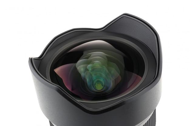 Vorderansicht des fotokameraobjektivs über weißem hintergrund