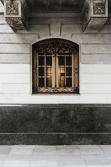 Vorderansicht des gebäudefensters in der stadt