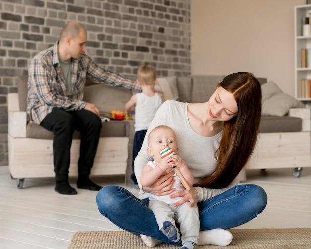 Vorderansicht des glücklichen familienkonzepts