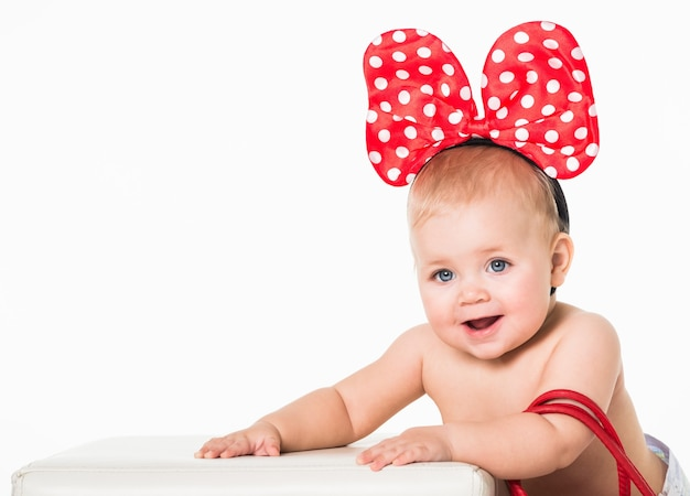 Vorderansicht des glücklichen kindes, das niedliches gepunktetes bogenohrstirnband trägt.